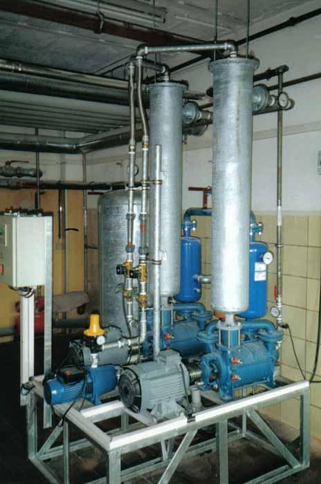 2 Flüssigkeitsringvakuumpumpen mit vorgeschalteten Kühlern und nachgeschalteten Abscheidern